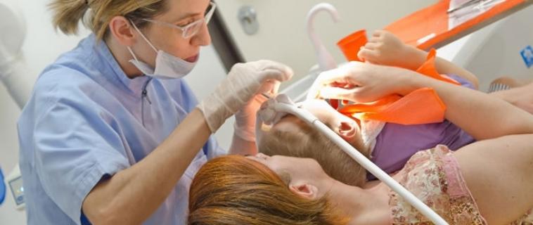 La prima volta dal dentista: consigli per i genitori